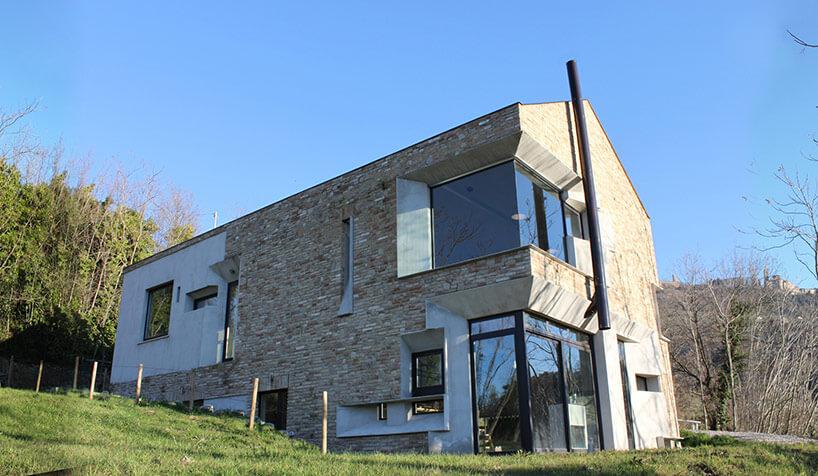căn nhà được xây bằng đá với khung bê tông (1)