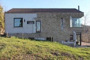 căn nhà được xây bằng đá với khung bê tông (3)