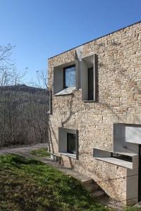 căn nhà được xây bằng đá với khung bê tông (6)