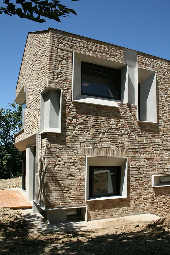 căn nhà được xây bằng đá với khung bê tông (7)