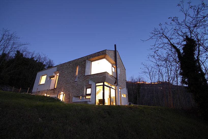 căn nhà được xây bằng đá với khung bê tông